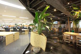 フリースペースとガラス壁で遮られた執務室