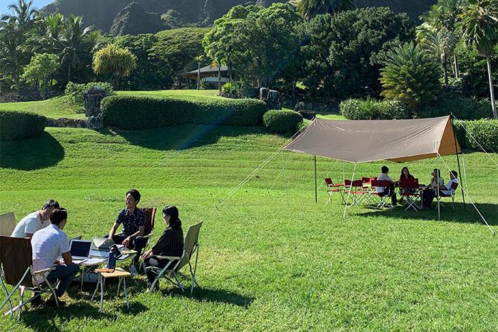 大自然の中でのキャンピングオフィス(株式会社JTBと共同開発し、今年4月よりサービスを開始した「CAMPING OFFICE HAWAII」での写真)