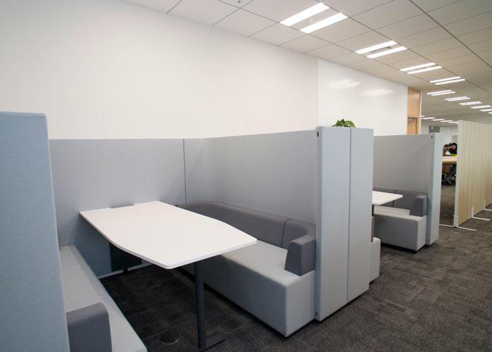 執務室内のファミレス席